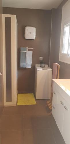 Salle de bains avec lave linge