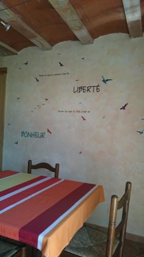 Table et mur du salon